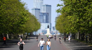 Pomimo obostrzeń, mieszkańcy Londynu chodzą po parkach (NEIL HALL/PAP/EPA)